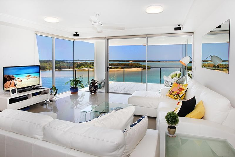 Absolute waterfront apartment with magnificent river/ocean views!