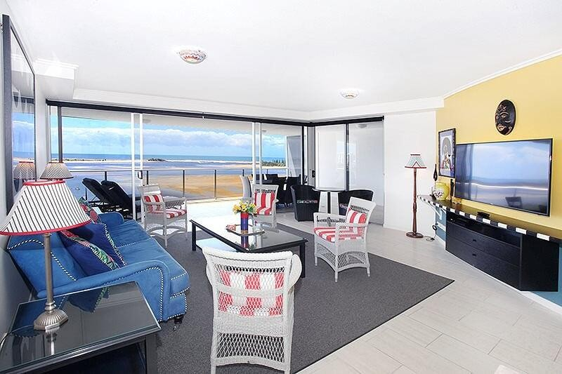 SUB-PENTHOUSE WATERFRONT UNIT WITH SPACIOUS PRIVATE BALCONY