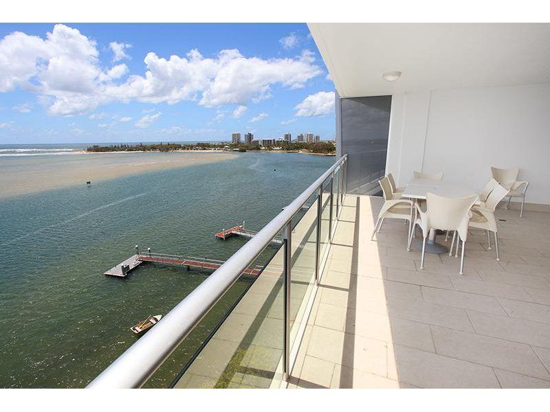 High level 3 bedroom apartment with magnificent river/ocean views